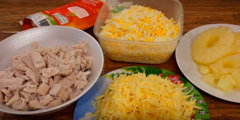 салат с курицей, ананасами и яйцом