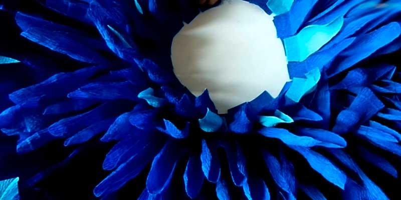 большая хризантема из гофрированной бумаги